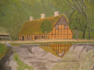 Mølledammen i Borum er et af de elskede motiver, som arkivet har i virkelig mange udgaver. Her som et maleri, hvor gavlen af stuehuset spejler sig i den højtliggende vandoverflade.