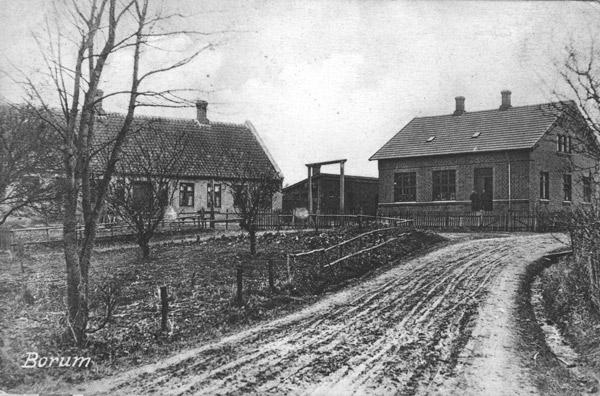 Her ses begge Borum-skoler i begyndelsen af 1900-tallet.