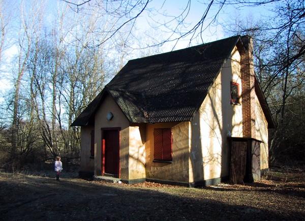 Hvor det beskedne skovfogedhus puttede sig i Vind Skov, ligger i dag en rigmandsfamilies eksklusive sommerhus.