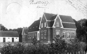 Billedet af den nye præstebolig blev sendt som postkort fra Borum til Grundfør i 1915.