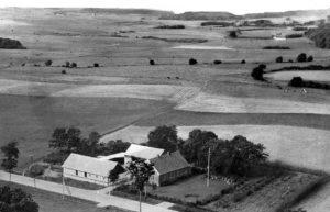 Skovlund fotograferet i 1950'erne. Vi ser mod sydvest hen over ådalen mod Hørslev.