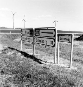 Tre af seks lokale vindmøller fotograferet omkring 1995.