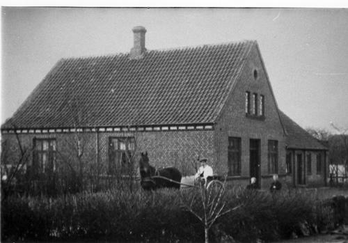 Bysvinget 12 er et af de huse i Borum, der blev opført som en direkte følge af den katastrofale brand. Før lå her en gård, og gårdejer Jens Jespersen benyttede nu lejligheden til at udflytte den til sin jord på Langelinie 81, Eskjærgård.