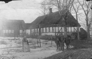 Lige ved grænsen mellem Borum og Lyngby ligger Bækkelund, der her er fotograferet lige i begyndelsen af 1900-tallet.