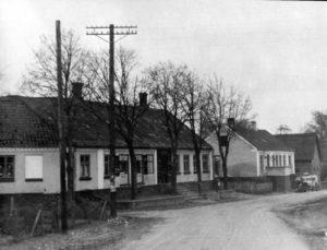 Borum Byvej med bl.a. torvet, købmandsgården, benzintanken, bageren og Bækgården.