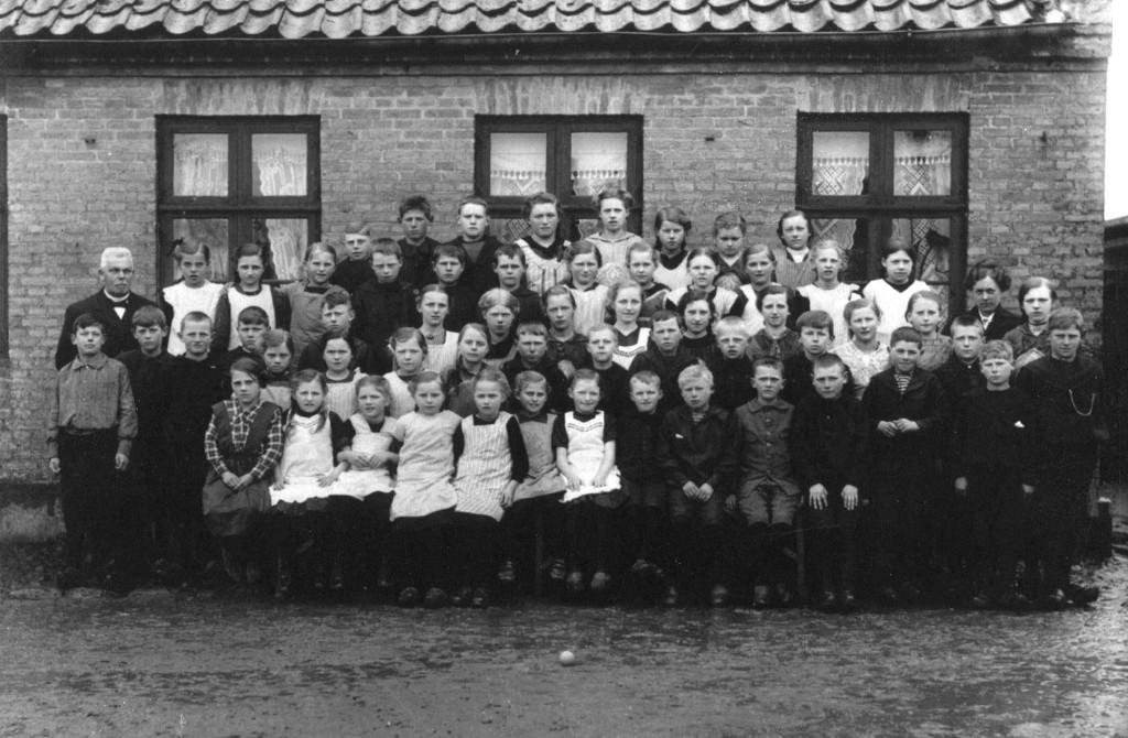 Borums børn stillet op til fotografering for ca. 100 år siden.
