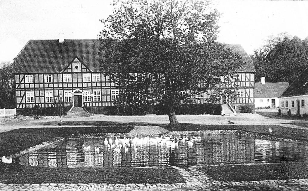 """""""Vores"""" herregård er her fotograferet i udgaven 1925."""