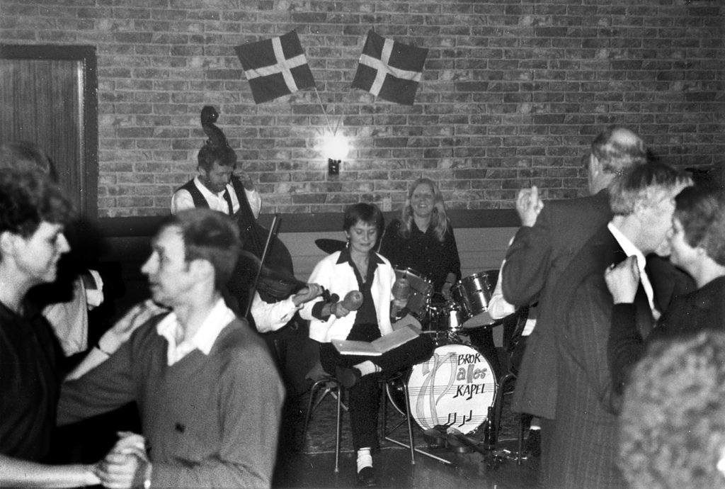 Gammeldags bal i Borum Forsamlingshus. Et af de ganske få billeder, der blev taget i årene 1988-94.