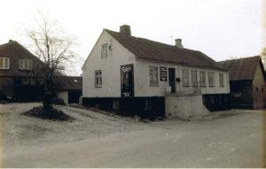 Det gamle Bageri fotograferet i 1987. Det er nok ikke et tilfælde, at gavlen er pyntet af en ølreklame. Foto: Stig Andersen
