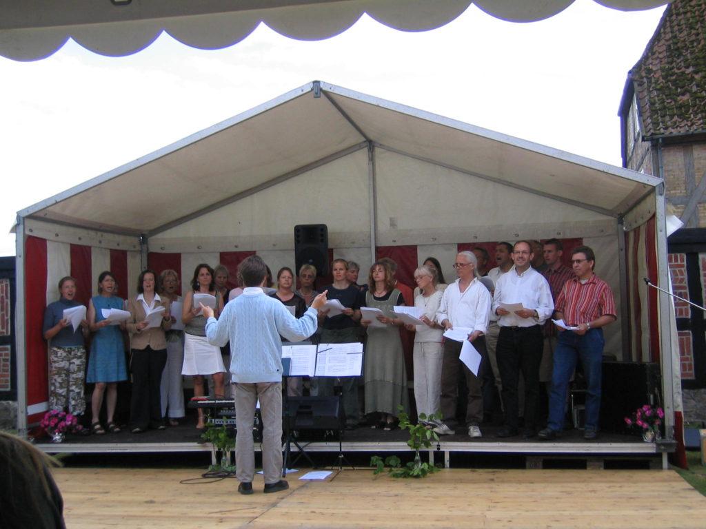 Koret synger på Lyngbygård-festivalen sommeren 2004.