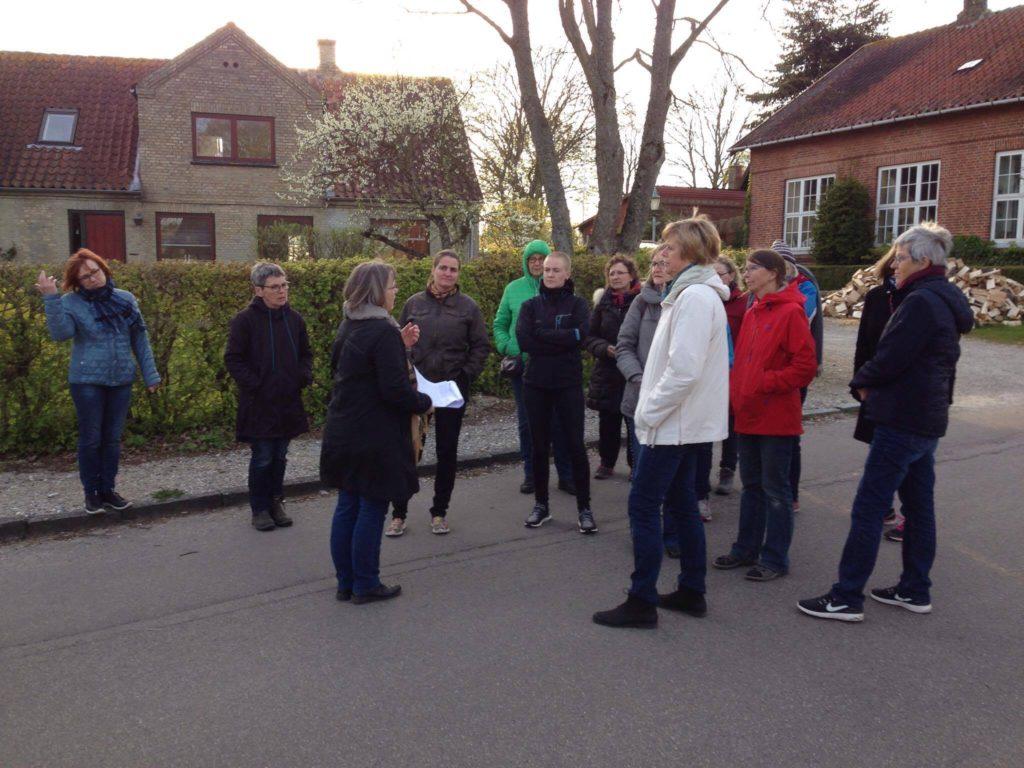 Birgit Sørensen fortæller for Dameklubben. Her er de nået til de to skoler i Borum.